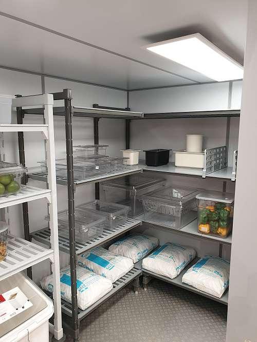 JUMA Kühlzelle - mit Einrichtung Cambro Regalen